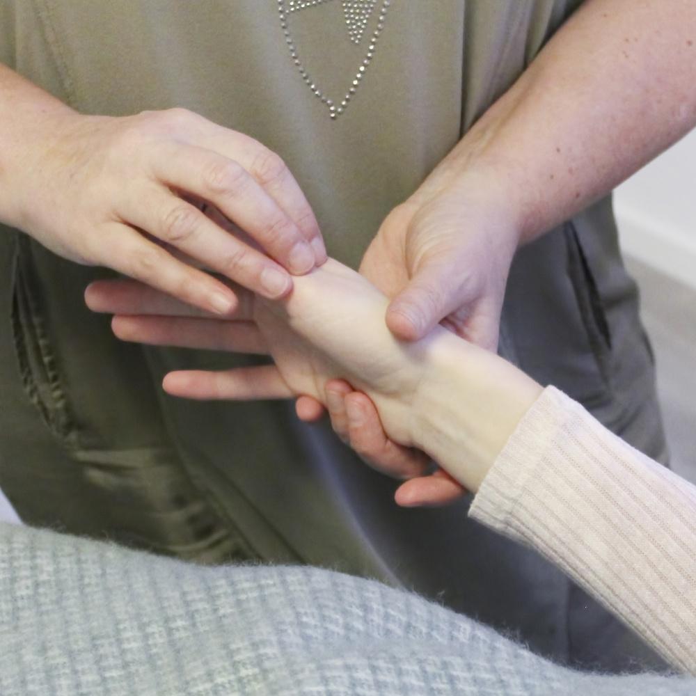 Mayanne Damgård udfører meridian massage