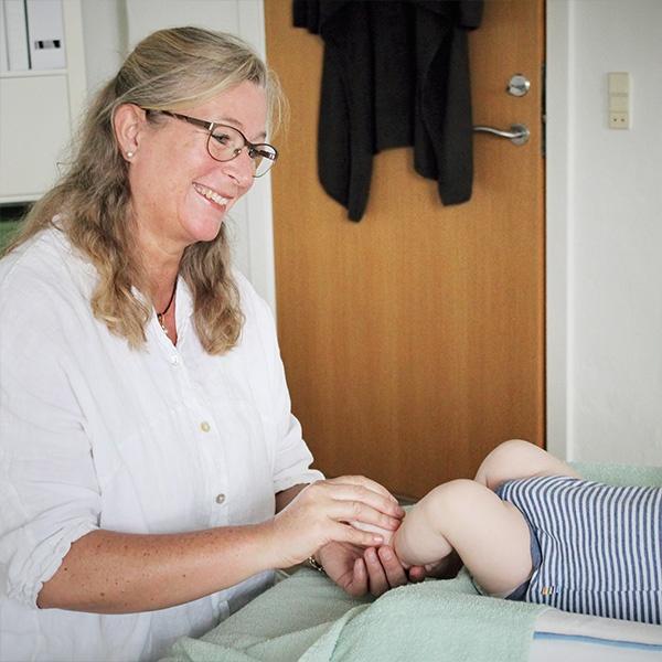 Mayanne Damgård giver baby zoneterapi
